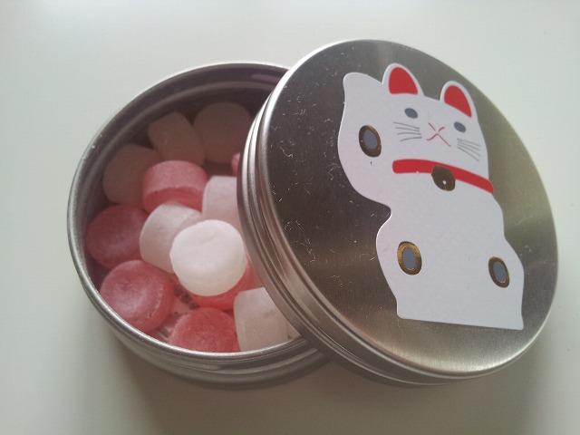 ヒトツブカンロ 縁起缶 縁起缶 東京土産に、ヒトツブカンロ縁起缶のうちの招き猫バージョンをいただ